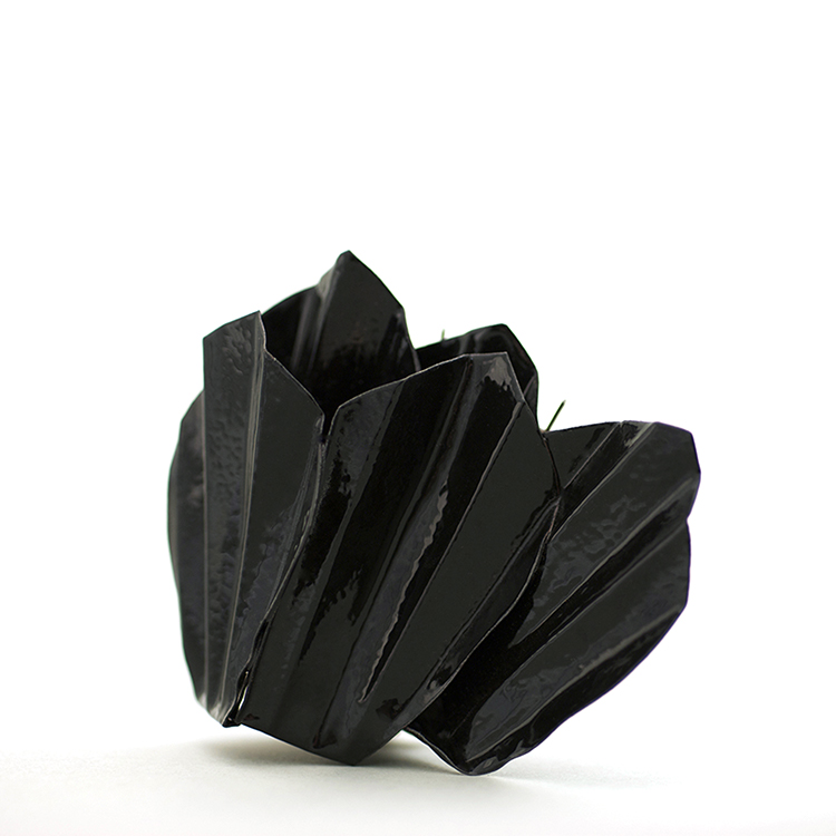 jutta kallfelz, schwarzes veilchen, 2005, brooch, copper, technical enamel, stainless steel, 65 x 80 x 32 mm
