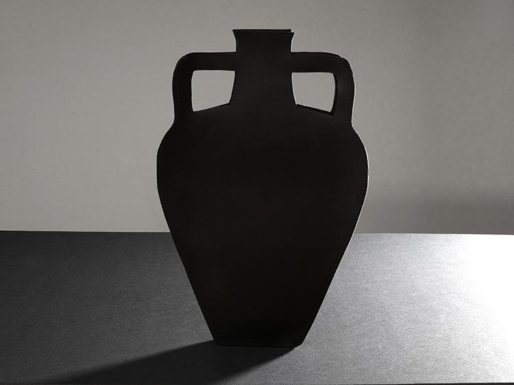galerie-door-maria-hees-amphora-zwart-a