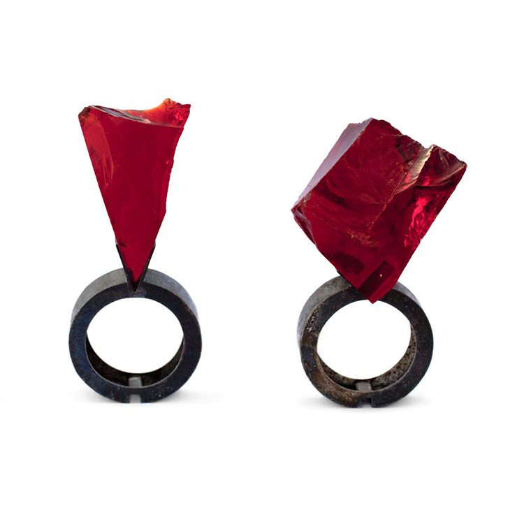 Philip Sajet, Shard, 2015, ring, niello on silver, glass, photo: Beate Klockmann